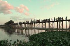 MANDALAY MYANMAR 10 de noviembre de 2014 Puente de U-Bein Imágenes de archivo libres de regalías
