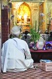 Mandalay, Myanmar - 9 de outubro de 2013: O budista participa no ritual da lavagem da cara à Buda Fotos de Stock Royalty Free