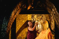 MANDALAY, MYANMAR - DECEMBER 11, 2017: De hogere monnik wast fac royalty-vrije stock foto
