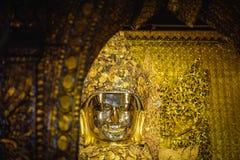 MANDALAY MYANMAR - DECEMBER 11, 2017: Mahamuni Buddhabild på Royaltyfria Foton