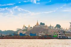 MANDALAY, MYANMAR - 1. DEZEMBER 2016: Tragen Sie auf einem Hintergrund von goldenen Pagoden, Birma Kopieren Sie Raum für Text Stockbild