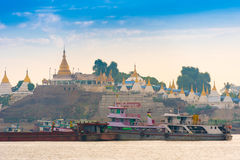 MANDALAY, MYANMAR - 1. DEZEMBER 2016: Tragen Sie auf einem Hintergrund von goldenen Pagoden, Birma Kopieren Sie Raum für Text Lizenzfreie Stockfotografie
