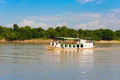 MANDALAY, MYANMAR - 1° DICEMBRE 2016: Barca turistica sul fiume Irrawaddy, Birmania Copi lo spazio per testo fotografie stock libere da diritti