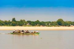 MANDALAY, MYANMAR - 1° DICEMBRE 2016: La gente in una barca sul fiume di Irrawaddy Copi lo spazio per testo fotografia stock