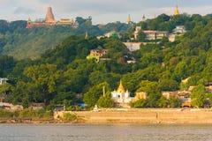 MANDALAY, MYANMAR - 1° DICEMBRE 2016: Pagode dorate in collina di Sagaing, Birmania fotografie stock libere da diritti