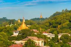 MANDALAY, MYANMAR - 1° DICEMBRE 2016: Pagode dorate in collina di Sagaing, Birmania Copi lo spazio per testo immagine stock