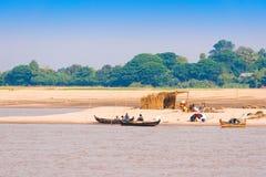 MANDALAY, MYANMAR - 1° DICEMBRE 2016: Pescatori sulla riva del fiume di Irrawaddy, Birmania Copi lo spazio per testo immagine stock libera da diritti