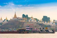 MANDALAY, MYANMAR - 1° DICEMBRE 2016: Port su un fondo delle pagode dorate, Birmania Copi lo spazio per testo fotografia stock libera da diritti