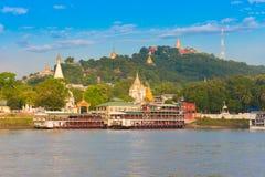 MANDALAY, MYANMAR - 1° DICEMBRE 2016: Porto della città di Sagaing Pagode dorate, Birmania Copi lo spazio per testo immagine stock libera da diritti