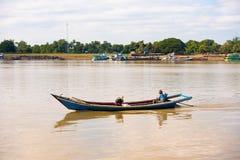 MANDALAY, MYANMAR - 1° DICEMBRE 2016: Un uomo e una donna in una barca sul fiume di Irravarddy, Birmania Copi lo spazio per testo immagini stock libere da diritti