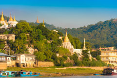 MANDALAY, MYANMAR - 1ER DÉCEMBRE 2016 : Pagodas d'or en colline de Sagaing, Birmanie Copiez l'espace pour le texte Photos libres de droits
