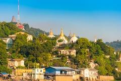 MANDALAY, MYANMAR - 1ER DÉCEMBRE 2016 : Pagodas d'or en colline de Sagaing, Birmanie Copiez l'espace pour le texte Photographie stock