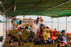 MANDALAY, MYANMAR - 1ER DÉCEMBRE 2016 : Touristes dans une embarcation de plaisance sur la rivière Irrawaddy, Birmanie Image libre de droits