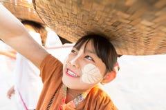 MANDALAY MYANMAR-FEB 18: Flickan säljer blommor för turist på Februari 18 Arkivfoto