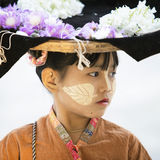 MANDALAY, MYANMAR 18. FEBRUAR: Ein Verkäufermädchen, das Blumen für tou verkaufen Stockfoto