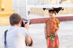 MANDALAY, MYANMAR 18. FEBRUAR: Mädchen verkauft Blumen für Touristen Lizenzfreie Stockbilder