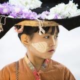 MANDALAY, 18 MYANMAR-FEBRUARI: Een verkopersmeisje die bloemen voor tou verkopen Stock Foto
