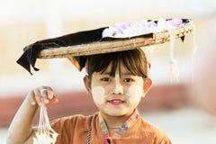 MANDALAY, 18 MYANMAR-FEBRUARI: Het meisje verkoopt bloemen voor toeristen Stock Foto's
