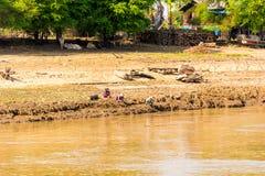 MANDALAY MYANMAR, GRUDZIEŃ, - 1, 2016: Ludzie na brzeg w Azjatyckich kapeluszach, Irrawaddy rzeka, Birma Odbitkowa przestrzeń dla Zdjęcia Royalty Free