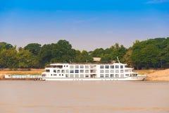 MANDALAY MYANMAR, GRUDZIEŃ, - 1, 2016: Turystyczna łódź blisko brzeg Irrawaddy rzeka, Birma Odbitkowa przestrzeń dla teksta zdjęcie stock