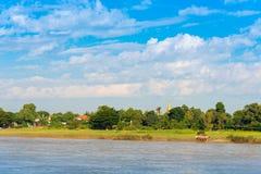 MANDALAY MYANMAR, GRUDZIEŃ, - 1, 2016: Złota pagoda w Sagaing wzgórzu, Birma Odbitkowa przestrzeń dla teksta Zdjęcia Royalty Free