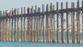 MANDALAY, MYANMAR - 13 JAN 2014: U Bein most przez Taungthaman jezioro. 1,2 km most budował wokoło 1850 i jest ol zdjęcie wideo