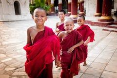MANDALAY, MYANMAR 1° MAGGIO: Giovane tempio non identificato della parte anteriore del principiante di buddismo al onMAY 1, 2013  fotografia stock libera da diritti