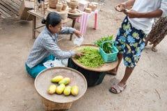 Mandalay, Myanmar - 5 maggio 2015 Il compratore seleziona le loro merci in immagine stock libera da diritti