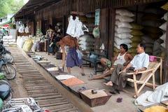 Mandalay, Myanmar - 5 maggio 2015 Il compratore seleziona le loro merci in immagini stock libere da diritti