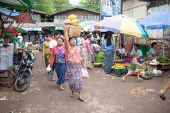 Mandalay, Myanmar - 5 maggio 2015 Il compratore seleziona le loro merci in fotografie stock libere da diritti
