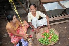 Mandalay, Myanmar - 5 maggio 2015 Il compratore seleziona le loro merci in fotografia stock