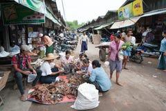Mandalay, Myanmar - 5 maggio 2015 Il compratore seleziona le loro merci in fotografia stock libera da diritti
