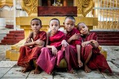 MANDALAY, MYANMAR-MAY 1: Niezidentyfikowana młoda buddyzmu nowicjusza przodu świątynia przy Hsinbyume pagodowym świątynnym onMAY  obrazy royalty free