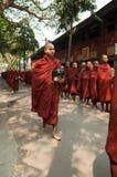 Mandalay, Myanmar, monges Burmese em uma procissão imagem de stock royalty free