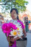 MANDALAY, MYANMAR - NOVEMBER 14.2015: Sellin van de vrouwenstraatventer Stock Fotografie
