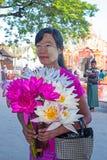 MANDALAY, MYANMAR - NOVEMBRO 14,2015: Sellin do vendedor ambulante da mulher Fotografia de Stock