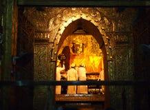 Mandalay, Myanmar - 8. Oktober 2013: Das ältere Bild Mönchwäsche Mahamuni Buddha im Ritual des Buddha-Bildgesichtes an Mahamuni-t Stockbild