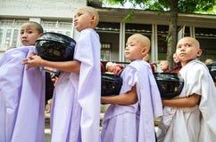 MANDALAY, MYANMAR 26 SEPTEMBRE 2016 : Moines bouddhistes rassemblant l'aumône au temple photo libre de droits