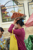 Mandalay, Myanmar - 02 2015 Sierpień: Kobieta sprzedaje tradycyjnego Birmańskiego ulicznego jedzenie Obrazy Royalty Free