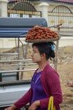 Mandalay, Myanmar - 02 2015 Sierpień: Kobieta sprzedaje tradycyjnego Birmańskiego ulicznego jedzenie Zdjęcie Stock