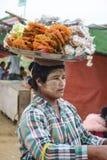 Mandalay, Myanmar - 02 2015 Sierpień: Kobieta sprzedaje tradycyjnego Birmańskiego ulicznego jedzenie Fotografia Stock