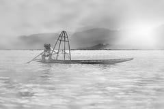 Mandalay - Oktober 15: De vissers vangen vissen 15 Oct, 2014 in Mand Stock Foto