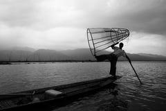 Mandalay - Oktober 15: De vissers vangen vissen 15 Oct, 2014 in Mand Royalty-vrije Stock Foto
