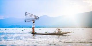 Mandalay - Oktober 15: De vissers vangen vissen 15 Oct, 2014 in Mand Stock Afbeelding