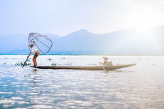 Mandalay - Oktober 15: Fiskarelåsfisk Oktober 15, 2014 i Mand Arkivbild