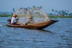 Mandalay - Oktober 15: Fiskarelåsfisk Oktober 15, 2014 i Mandalay Arkivbilder