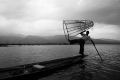 Mandalay - 15 ottobre: Pescatori fermo pesce 15 ottobre 2014 in Mand Fotografia Stock Libera da Diritti