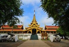 Mandalay Royal Palace, Mandalay, Myanmar sur October20,2014 : À l'entrée le jour ensoleillé avec le ciel bleu image stock
