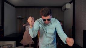 Mandancing joven caucásico atractivo y reírse del partido almacen de video
