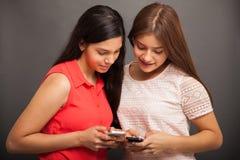 Mandando un sms e dividendo alle foto Fotografie Stock Libere da Diritti
